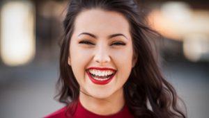 Mujer tras un blanqueamiento dental