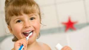 Niña cuidando de su higiene bucal