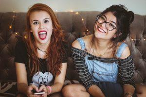 Jóvenes sonriendo con ortodoncia invisible