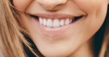 Como eliminar las manchas en los dientes